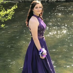 I'm selling this beautiful prom dress. Worn once